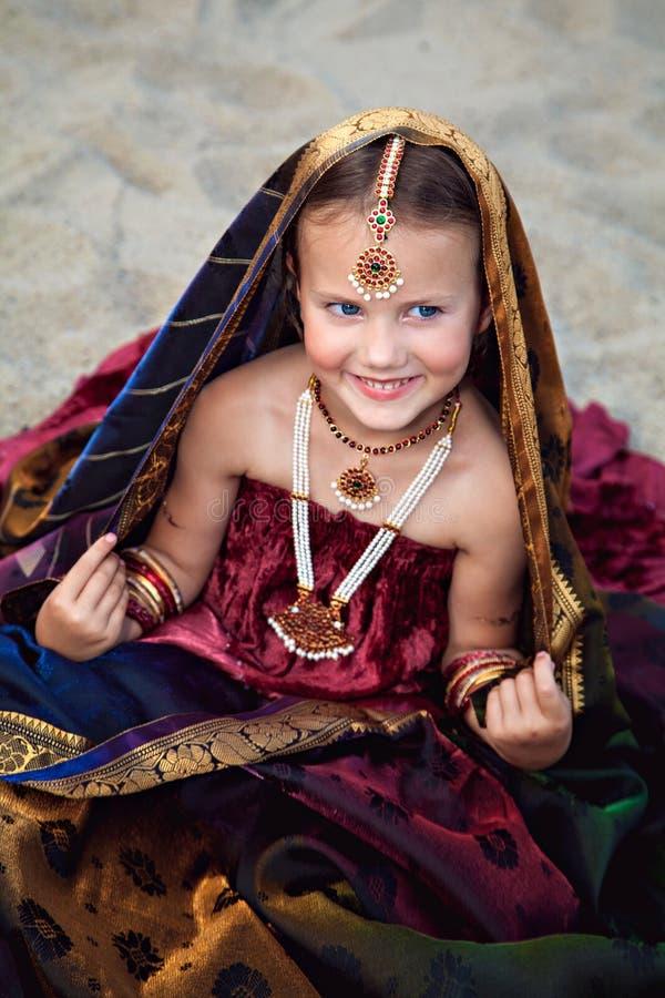 传统印地安莎丽服的白种人女孩有东方首饰的 库存图片