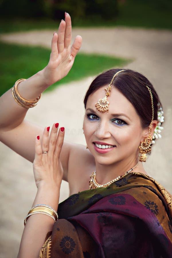 传统印地安衣物的妇女有东方构成和首饰的 图库摄影