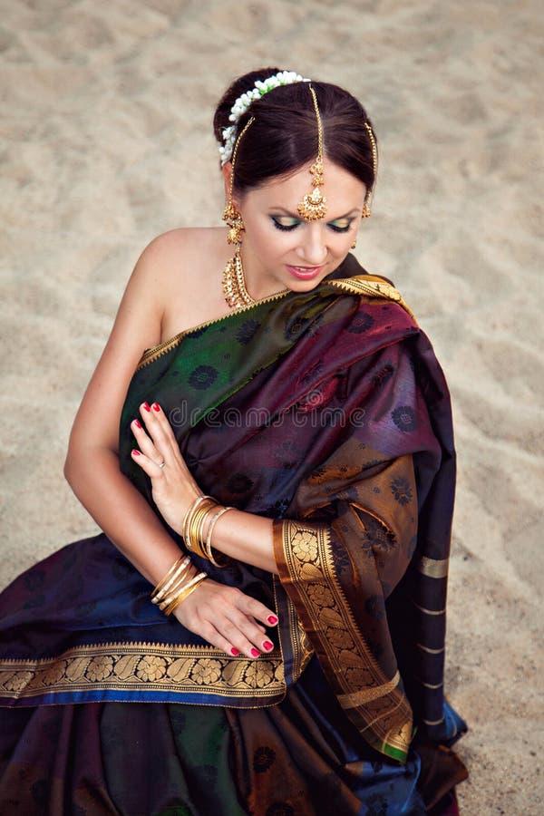 传统印地安衣物的美丽的妇女在沙子背景 图库摄影