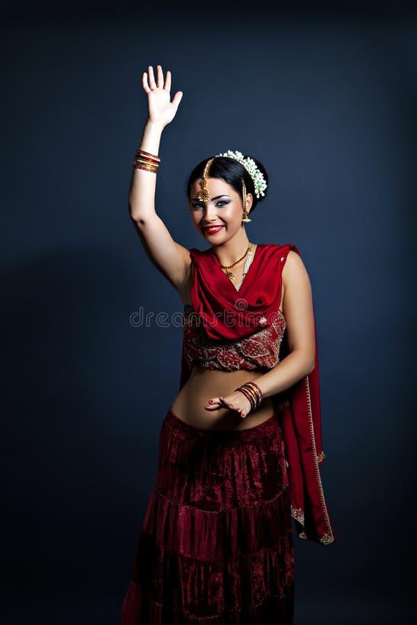 传统印地安衣物的美丽的年轻微笑的妇女 免版税库存照片
