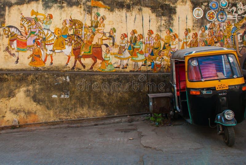 传统古老在老涂灰泥的墙壁上的窗框印地安壁画在乌代浦,印度 免版税库存照片