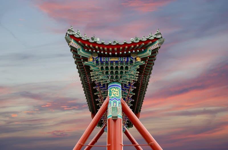 传统古色古香的中国门在北海公园--北京,中国 库存照片
