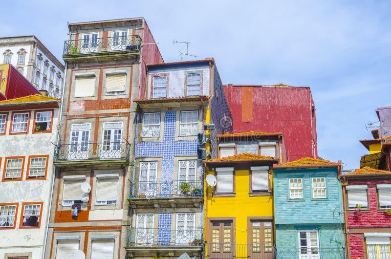 传统古雅房子在波尔图,葡萄牙老镇和旅游ribeira区  免版税库存图片