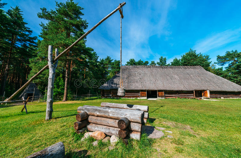 传统国家小屋和井 库存图片