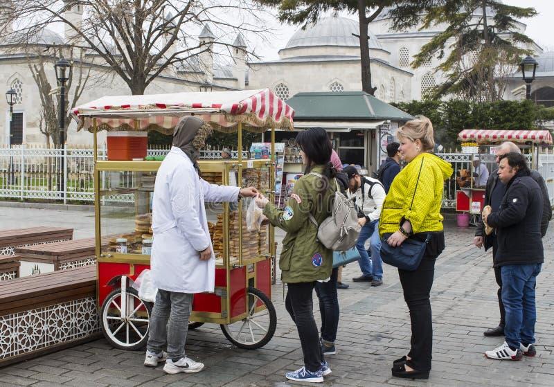 传统土耳其百吉卷Simit街道销售,在伊斯坦布尔街道上在土耳其 图库摄影