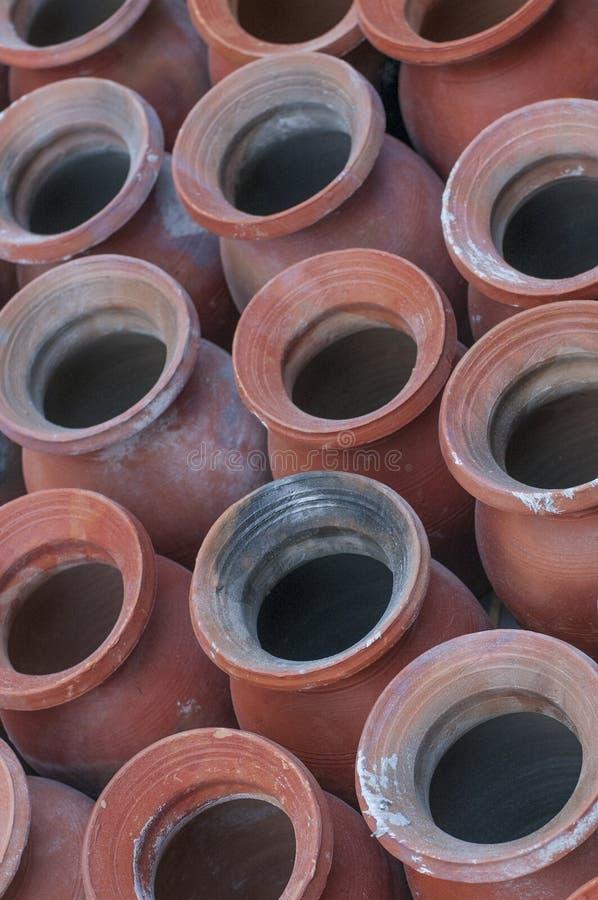 传统黏土potteries行在Bhaktapur,尼泊尔 免版税库存照片
