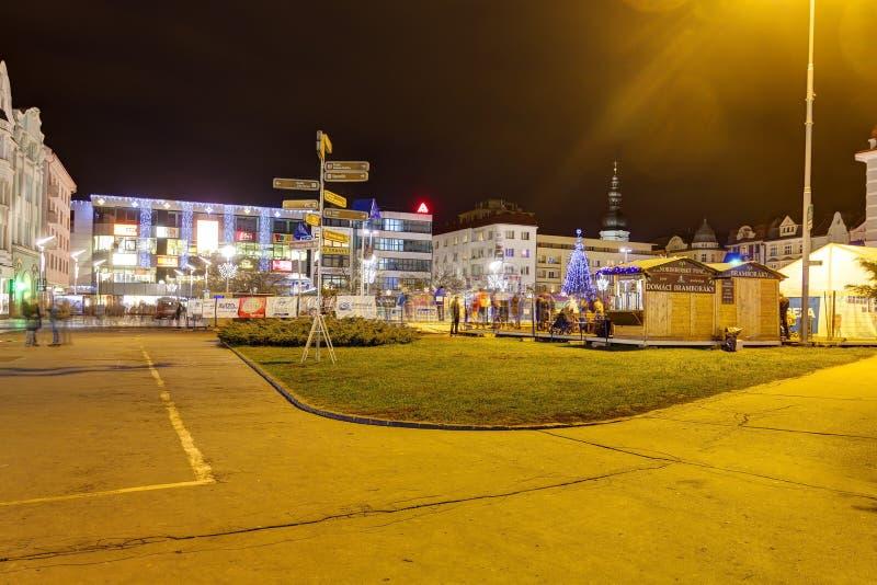 传统圣诞节市场在Masaryk广场的(Masarykovo namesti)城市俄斯拉发在晚上 免版税库存照片