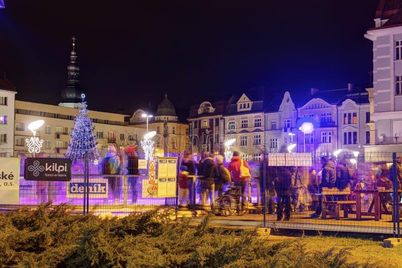 传统圣诞节市场在Masaryk广场的(Masarykovo namesti)城市俄斯拉发在晚上 库存照片
