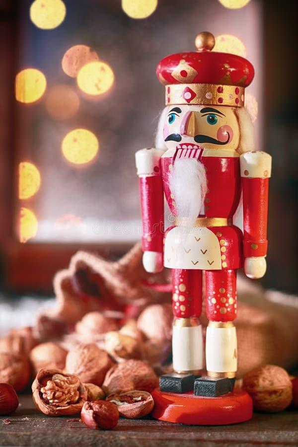 传统圣诞节木胡桃钳 库存图片