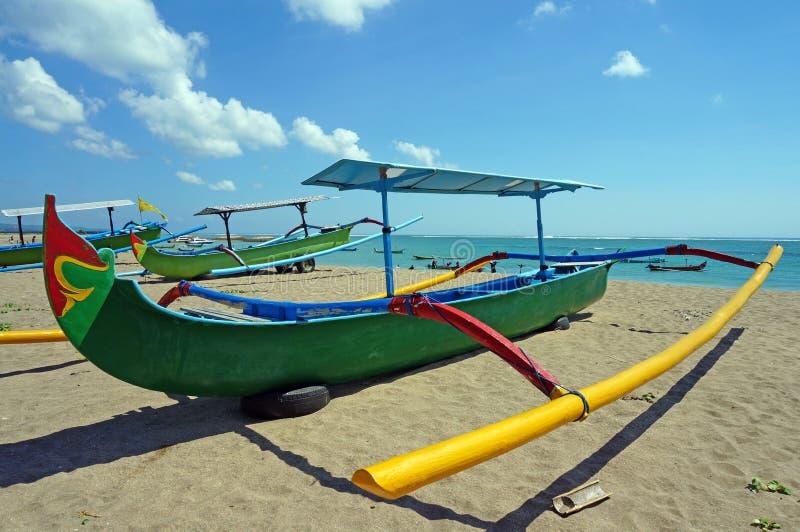 传统在海滩的巴厘语渔船 图库摄影