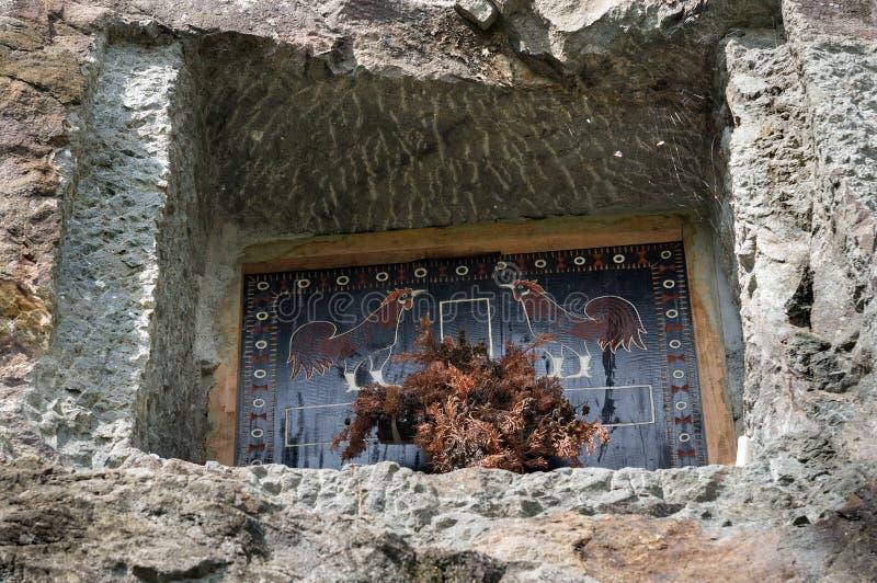 传统洞坟墓在岩石雕刻了在Lemo 塔娜Toraja,南苏拉威西岛,印度尼西亚 免版税库存图片