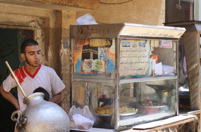 传统埃及肮脏的阿拉伯食物摊贩 图库摄影
