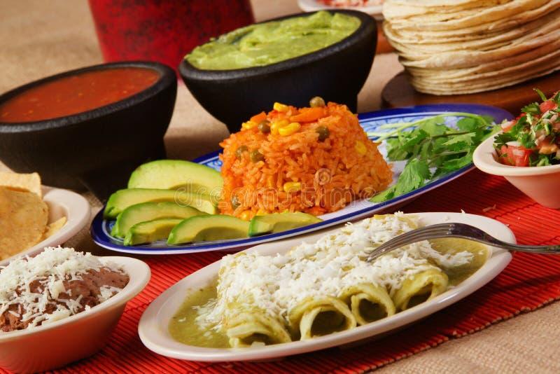 传统墨西哥绿色辣酱玉米饼馅晚餐 库存图片