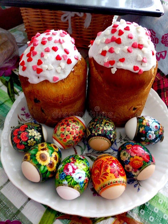 传统复活节属性在乌克兰 复活节面包paska和被绘的蛋pisanki e 免版税库存图片