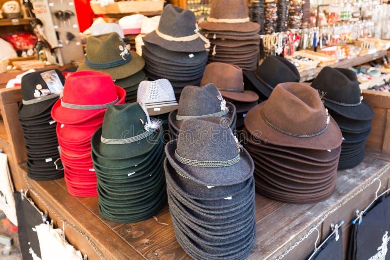 传统奥地利帽子在一个室外纪念品店的待售在萨尔茨堡的中心 免版税库存图片