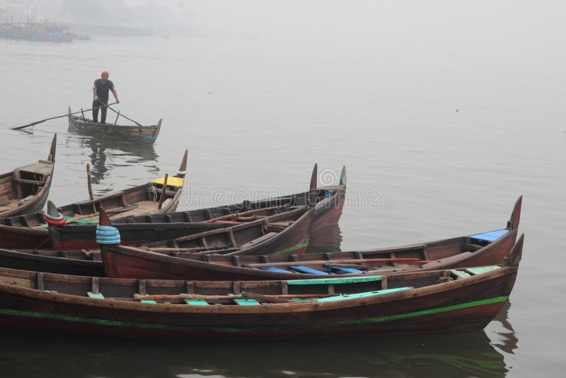传统小船的人 免版税库存图片