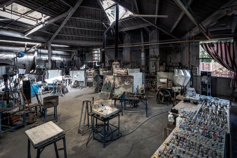 传统小玻璃制造内部在西班牙村庄Poble Espanyol 免版税库存图片