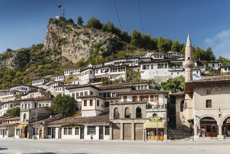 传统巴尔干房子在berat阿尔巴尼亚老镇  免版税库存图片