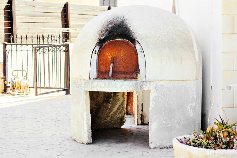 传统希腊和塞浦路斯kleftiko烤箱挖坑烤箱 图库摄影