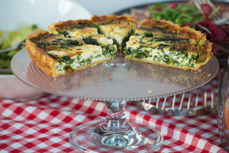 传统希腊菠菜饼, spanakopita,用山羊乳干酪 早午餐在餐馆 库存图片