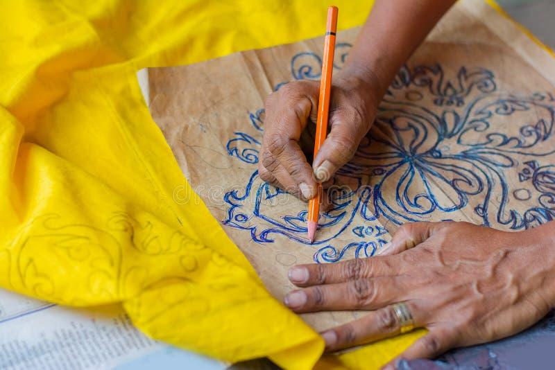 传统斯里兰卡的手摇纺织机和蜡染布产品制造业车间 库存图片