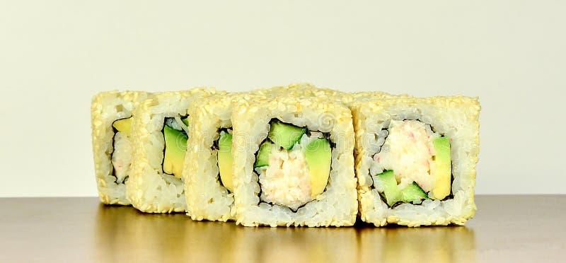 传统日本寿司卷加利福尼亚用鲕梨和螃蟹 免版税库存照片