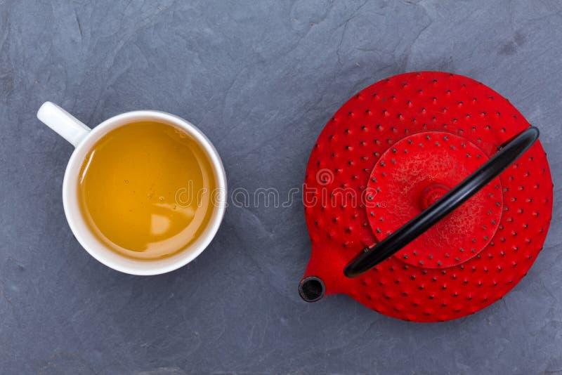传统日本红色茶壶和一杯茶 免版税图库摄影