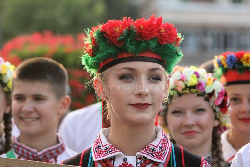 传统服装的乌克兰舞蹈家在孩子和青年金黄鱼的国际民间传说节日 图库摄影
