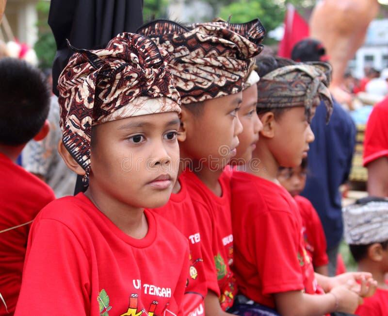 传统服装的巴厘语男孩在Nyepi  免版税库存照片