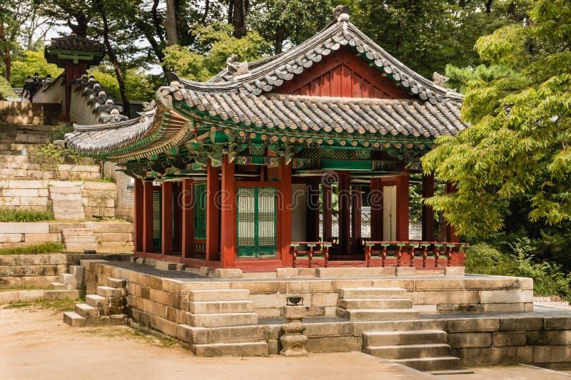传统木亭子在昌德宫宫殿的神秘园在汉城,韩国 免版税库存照片