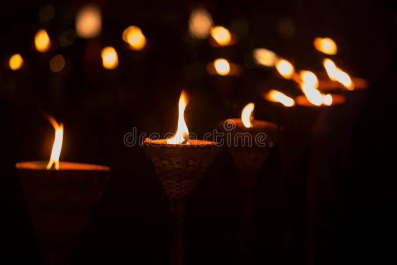 传统木火炬火焰在晚上 库存图片