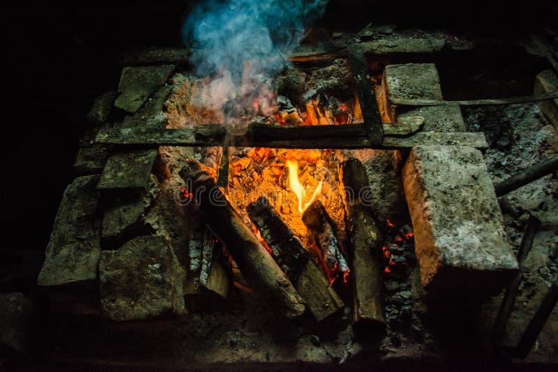 传统木头燃烧的厨师火炉在缅甸村庄1 库存图片