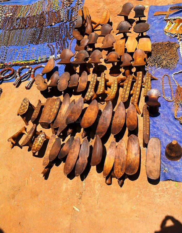 传统枕头长凳在工艺品地方市场Kei Afer, Omo谷,埃塞俄比亚上 免版税库存图片