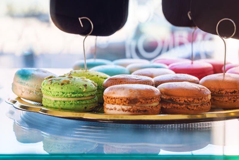 传统法国五颜六色的蛋白杏仁饼干在糖果店商店 可口酥皮点心显示在面包店 免版税库存照片