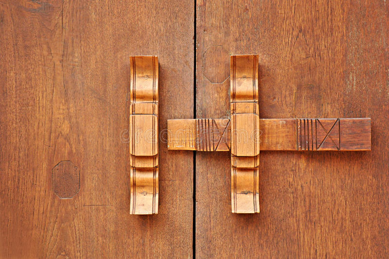传统泰国样式木门闩 库存照片