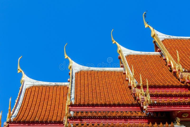传统泰国样式灰泥&纳卡语,泰国屋顶寺庙的木雕刻的鼓膜 库存照片