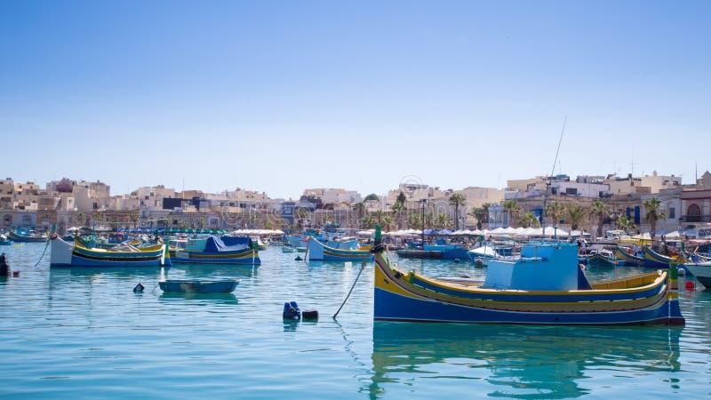 传统渔船在Marsaxlokk市场,马耳他上 库存图片