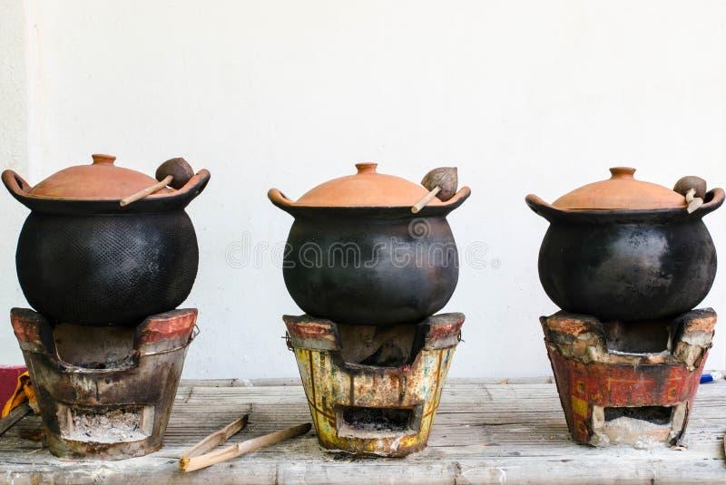传统火炉和瓦器在泰国厨房里 免版税库存图片
