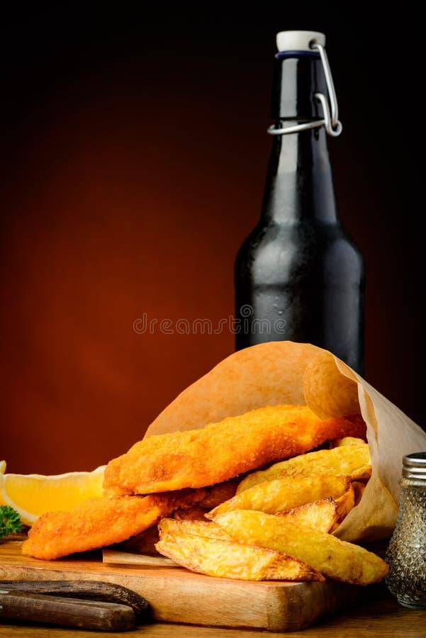 传统炸鱼加炸土豆片和啤酒 库存图片