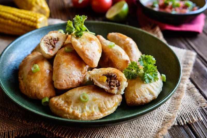 传统牛肉Empanadas用Aji Picante调味汁 库存图片