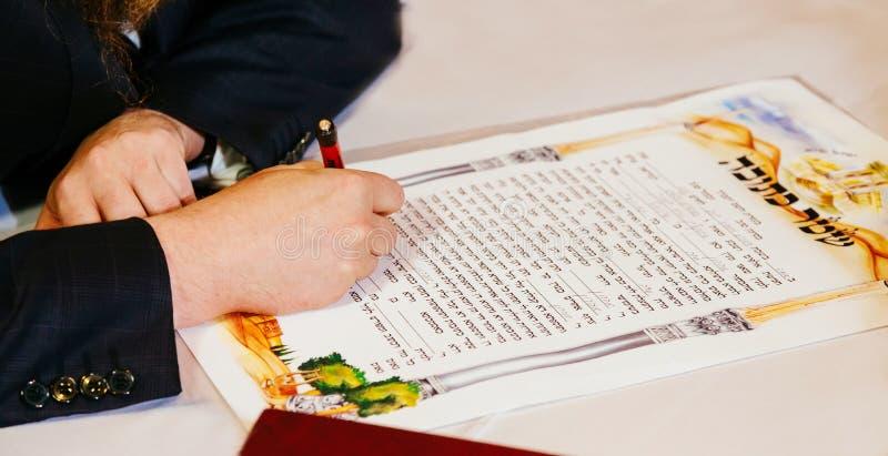 传统犹太人的婚礼,犹太婚约 免版税图库摄影