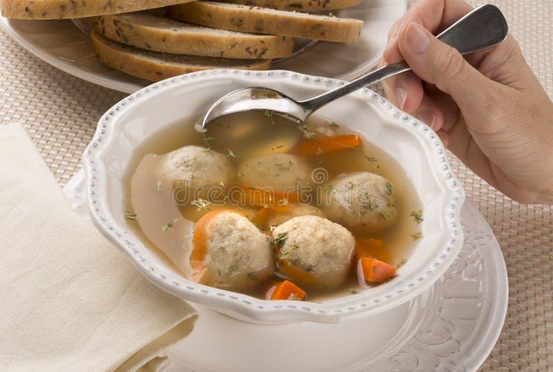 传统犹太逾越节盘Matzah球汤 图库摄影