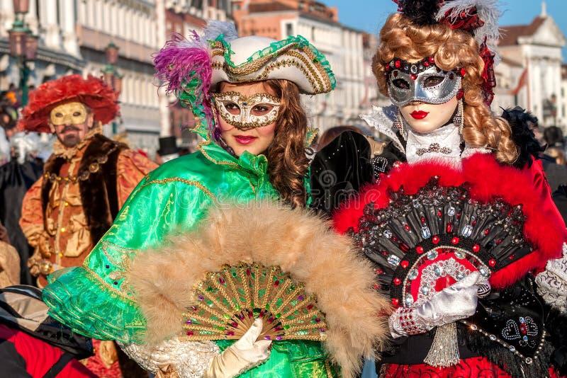 传统狂欢节服装的妇女在威尼斯 库存照片