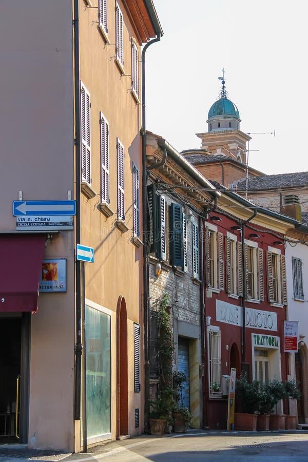 传统狭窄的街道在里米尼,意大利的中心 库存图片