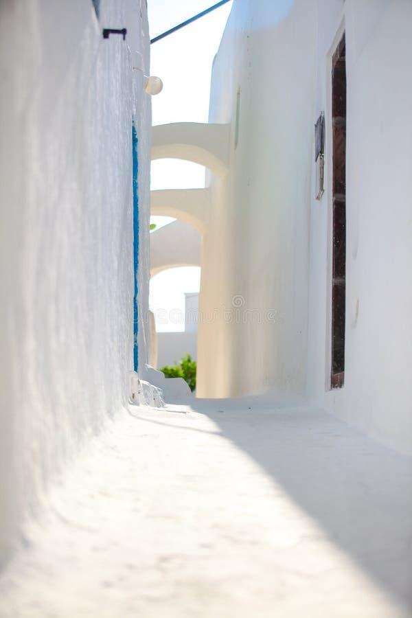 传统白色在小镇离开了街道  免版税库存照片