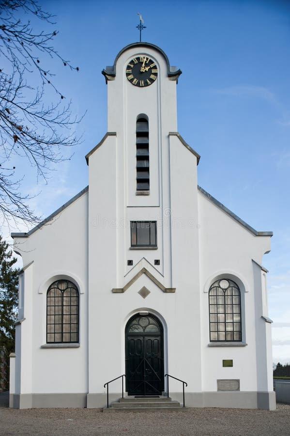 传统白色教会前面入口  免版税图库摄影
