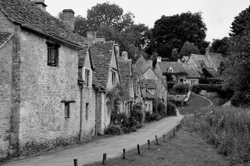 传统石村庄在阿灵顿在Bibury, Cotswolds荡桨 免版税库存图片