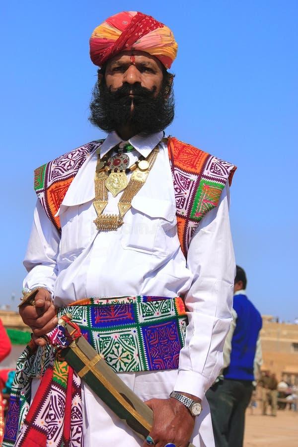 传统礼服的印地安人参与在Desert先生competi的 库存照片
