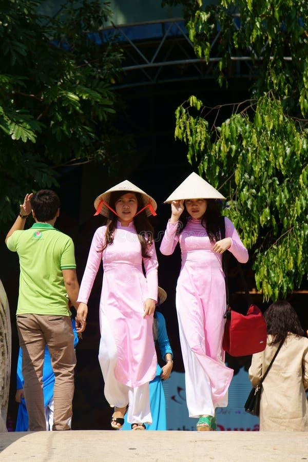 传统礼服的越南女孩 库存图片