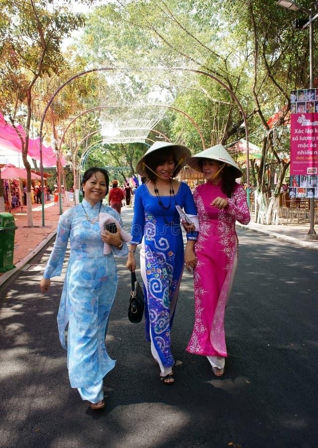 传统礼服的越南妇女 免版税库存照片